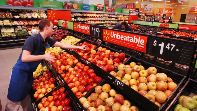 Walmart-associate-produce-e1392827617943